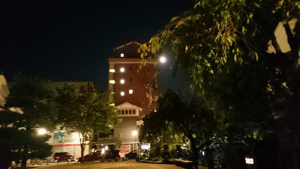 蔵の辻から見た月