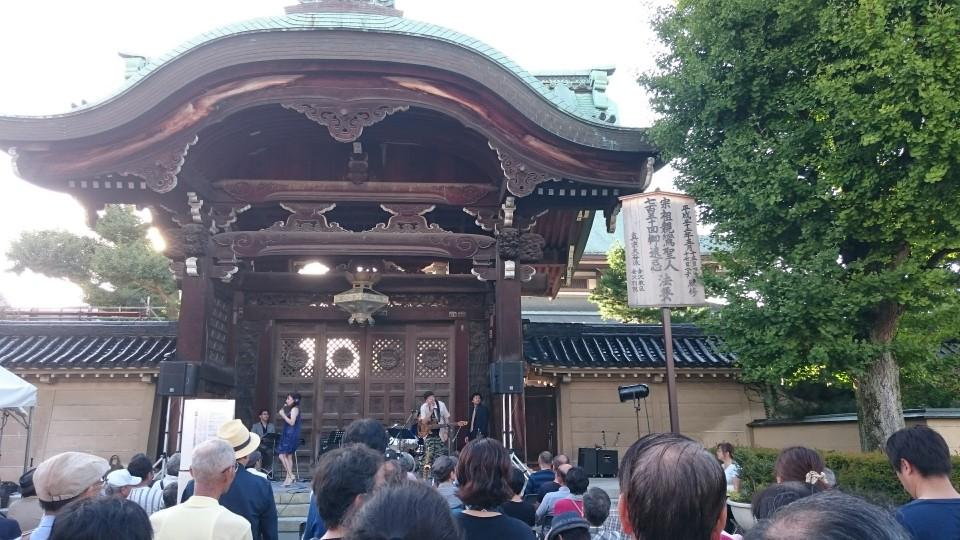 金沢のお寺の前のジャズフェスティバル